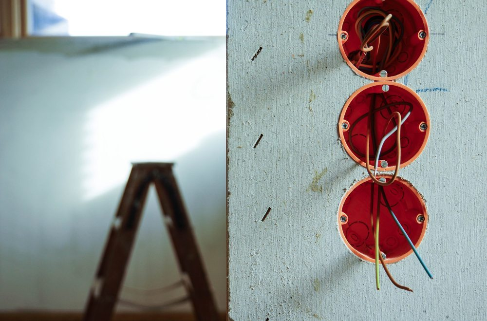 Professionelle Handwerker sind oft ganz wichtige Umzugshelfer (Bild: Rainer Sturm  / pixelio.de)