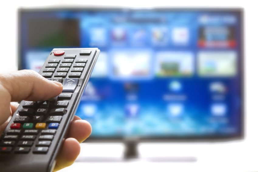 Elektrogeräte wie DVD-Player, Computer oder Fernseher sollten nicht im Stand-By-Modus gelassen werden. (Bild: manaemedia / Fotolia.com)