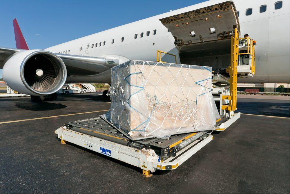 Transport per Luftfracht. (Bild: Pierre-Yves Babelon / Shutterstock.com)