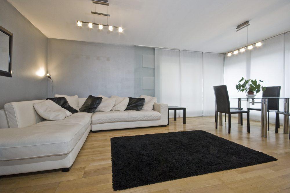 Setzen Sie mit einem Eck- oder Schlafsofa einen starken Kontrast im Raum. (Bild: yampi / Shutterstock.com)