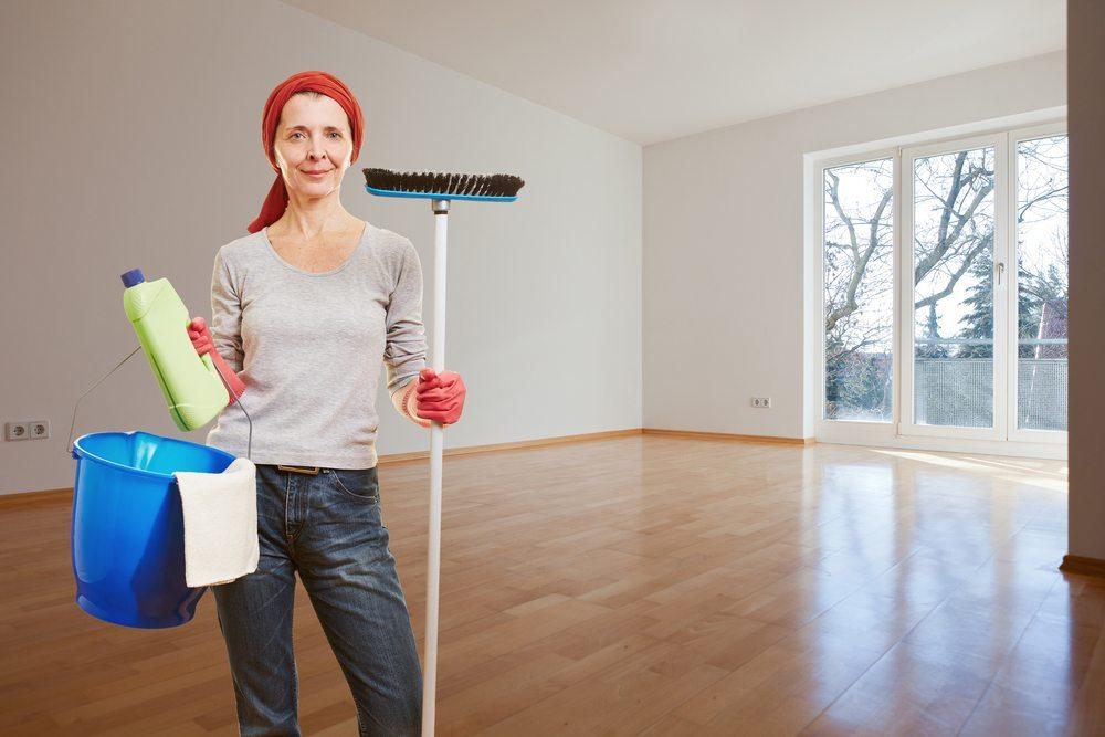 Reinigung der Räume und erforderliche Reparaturen. (Bild: Robert Kneschke / Shutterstock.com)
