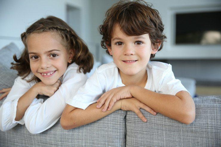 Ein Sofa für Kinder sollte einen abnehmbaren und strapazierfähigen Bezug haben. (Bild: © goodluz - Fotolia.com)