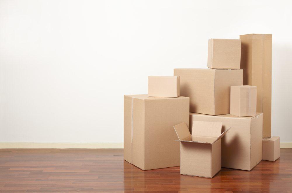 Umzugskartons ausreichend organisieren. (Bild: andersphoto / Shutterstock.com)