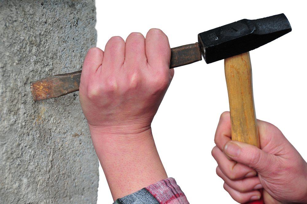 Bei Verwendung von moderner Werkzeuge braucht es Fingerspitzengefuehl, um zu vermeiden, dass gravierende Beschädigungen am Mauerwerk entstehen. (Bild: Oscar Poncho / Shutterstock.com)