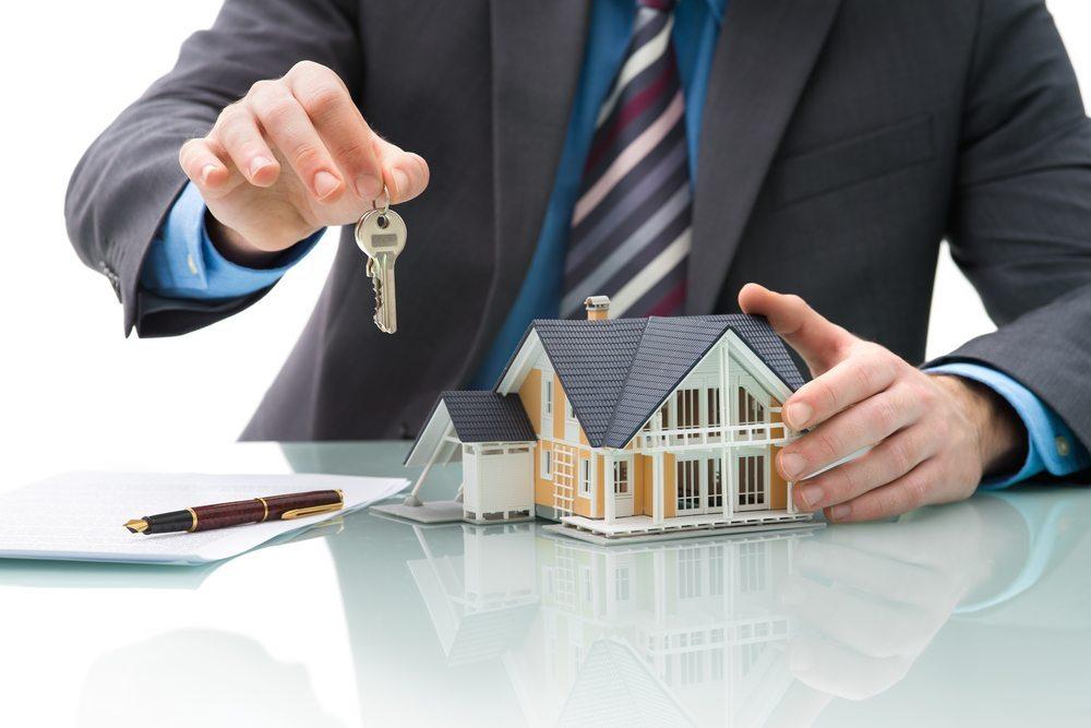 An sich sind Makler per Gesetz dazu verpflichtet, ausschliesslich Immobilienangebote zu offerieren, für die sie nachweislich einen Kundenauftrag haben. (Bild: Immobilienmakler / Shutterstock.com)
