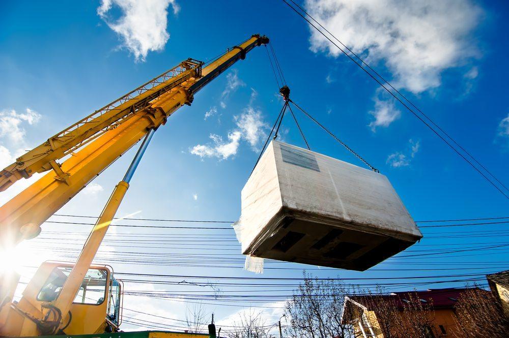Wenn Kräne, Lastenaufzüge, Kranwagen, Sattelschlepper oder ähnliches zum Einsatz kommen müssen, um den Spezialtransport buchstäblich über die Bühne zu bringen. (Bild: Bogdanhoda / Shutterstock.com)