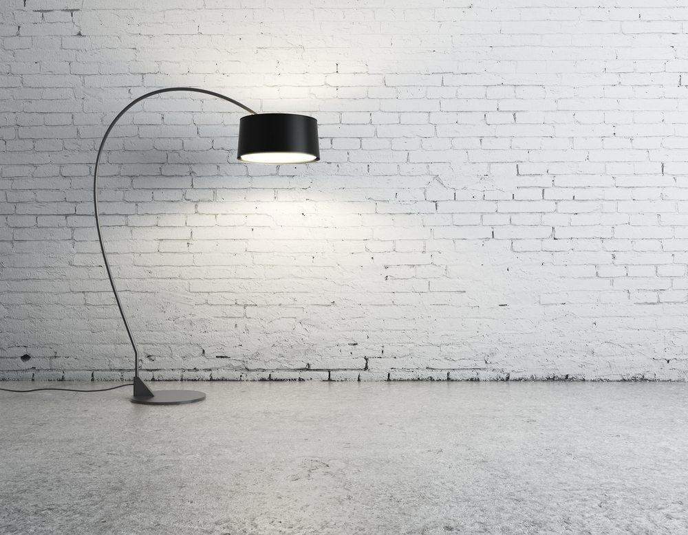 die alte gegen die neue lampe tauschen bild peshkova shutterstockcom - Wie Schliee Ich Eine Lampe An