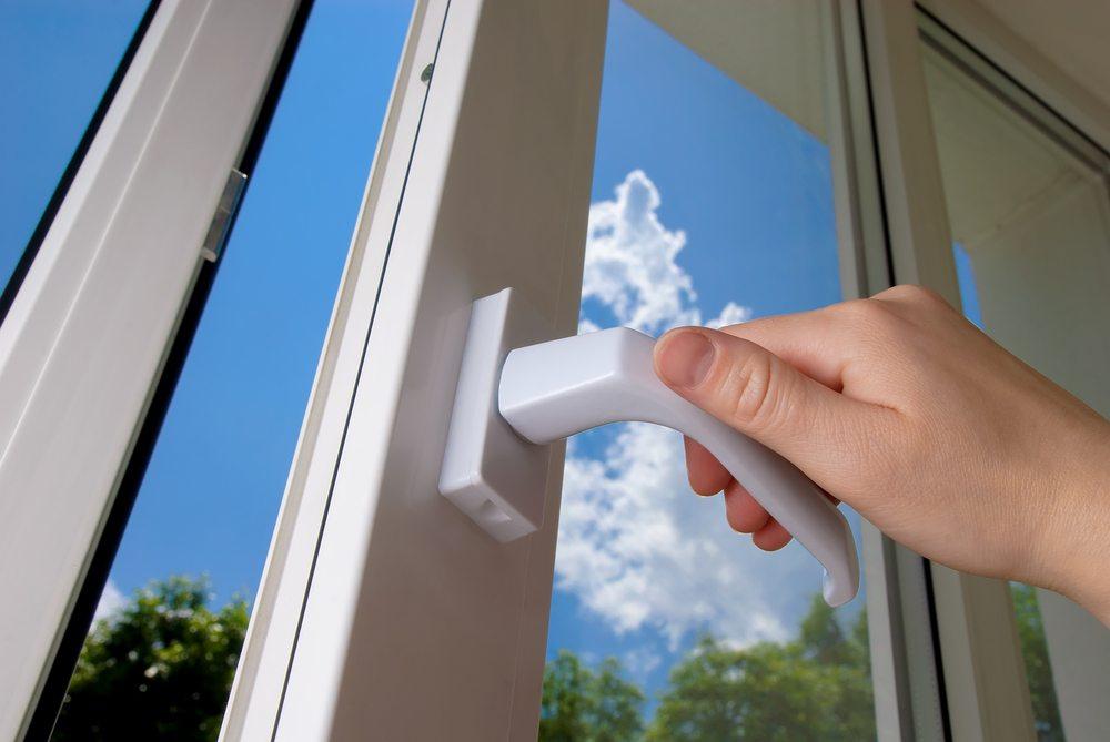 Öffnen Sie am Abend, wenn es kühler wird, sämtliche Fenster und Türen für etwa 10 bis 15 Minuten. (Bild: Vitaliy Hrabar / Shutterstock.com)
