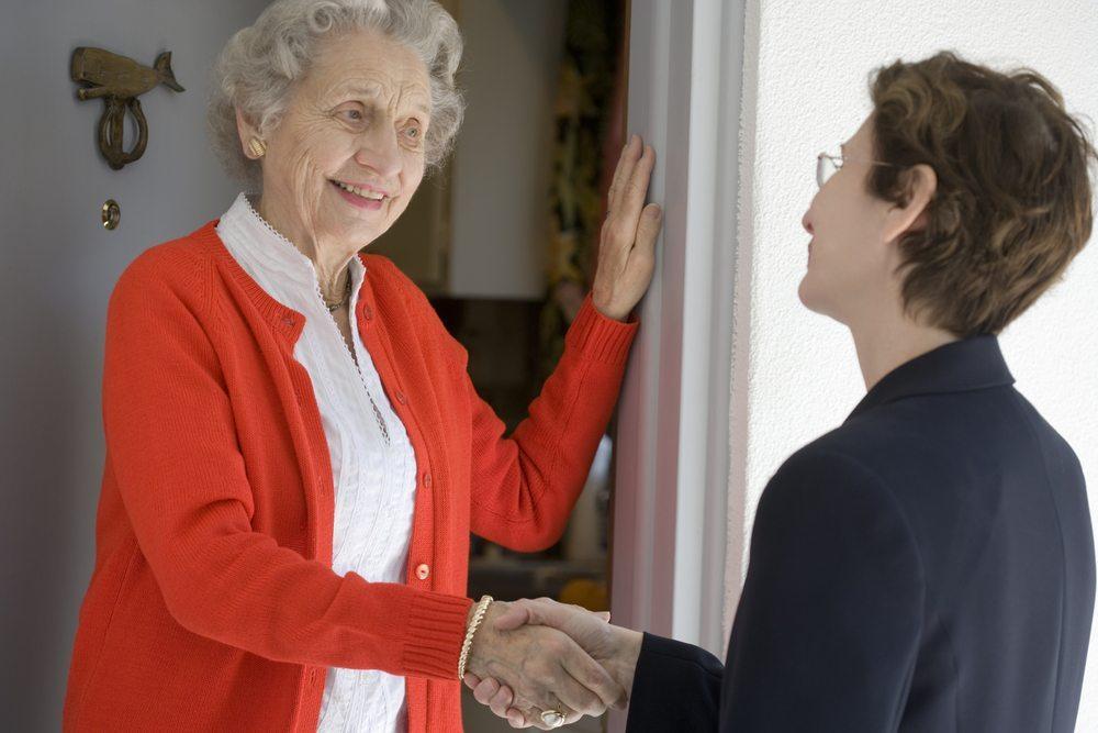 Eine gute Nachbarschaft kann sich als sehr vielversprechend erweisen, wenn es um einen effizienten Einbruchsschutz geht. (Bild: EdBockStock / Shutterstock.com)