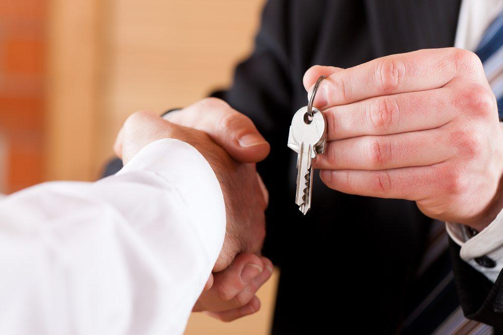 Zum Abgabetermin werden sämtliche Schlüssel an den Vermieter übergeben. (Bild: Kzenon / Shutterstock.com)