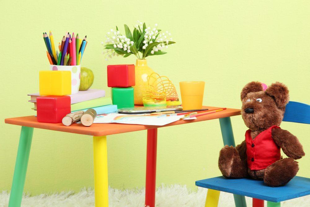 Auch in stärker frequentierten Zimmern, zum Beispiel im Büro, im Kinder- oder Jugendzimmer, in denen die Wände häufiger mal Stösse, Kratzer oder sonstige Beschädigungen abbekommen können, ist ein wohldurchdachter Farbenkauf sinnvoll. (Bild: Africa Studio / Shutterstock.com)