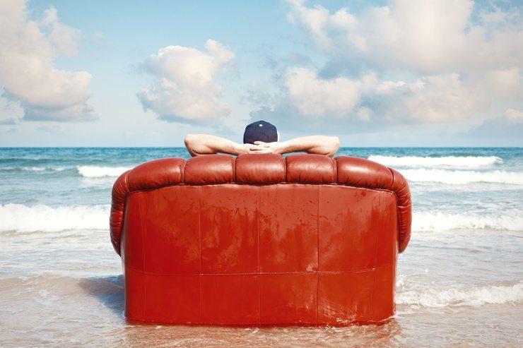 Relaxen auf dem Ledersofa (Bild: © xcid - Fotolia.com)