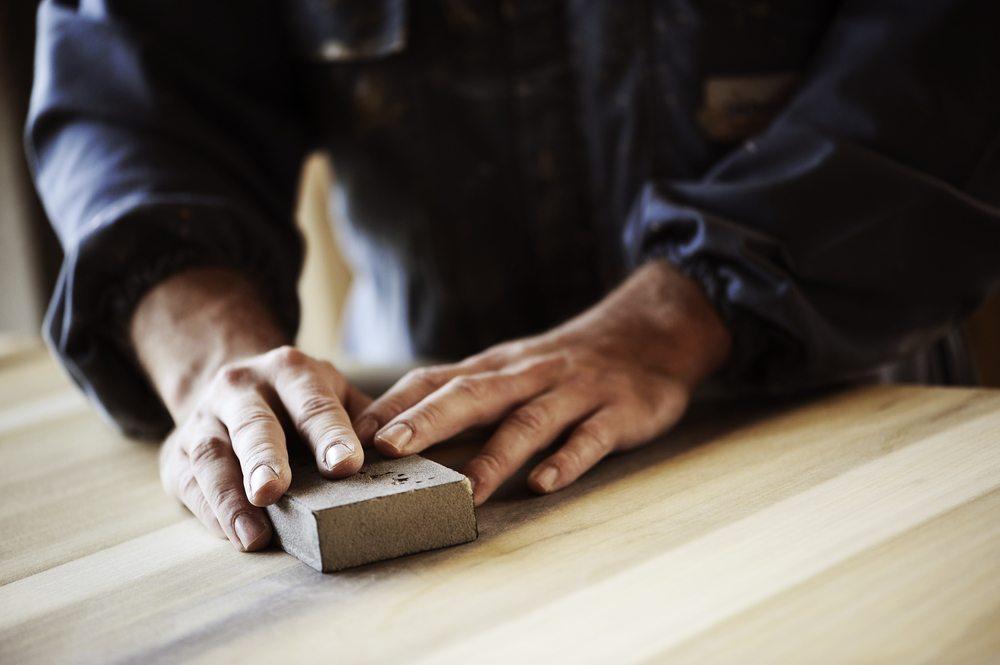 Kleinere Dellen oder Macken im Naturmaterial können beseitigt werden. (Bild: Stakete / Shutterstock.com)