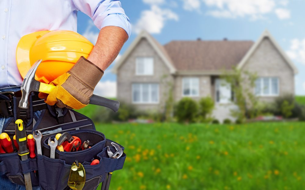 Sofern Reparaturbedarf an zur Immobilie gehörenden Bauteilen besteht, muss der Eigentümer darüber informiert werden. (Bild: Kurhan / Shutterstock.com)
