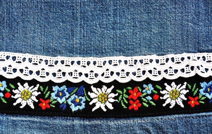 Blüten, Ranken und Ornamente auf einem Hirtenhemd. (Bild: © Pincasso - shutterstock.com)