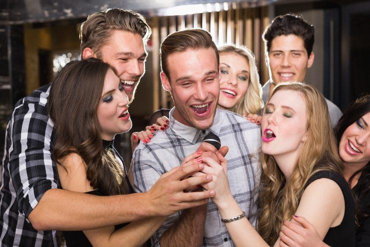 Sie möchten eine Party feiern? Dann jetzt Bar mieten! (Bild: © wavebreakmedia - shutterstock.com)