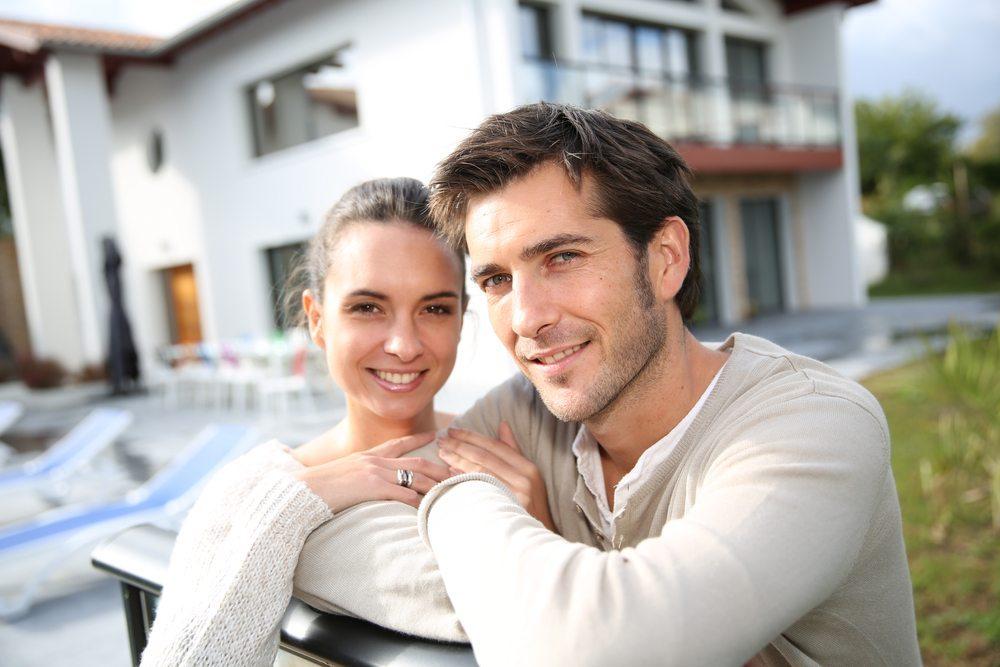 Tut eine gemeinsame Wohnung der Liebe gut? (Bild: Goodluz / Shutterstock.com)