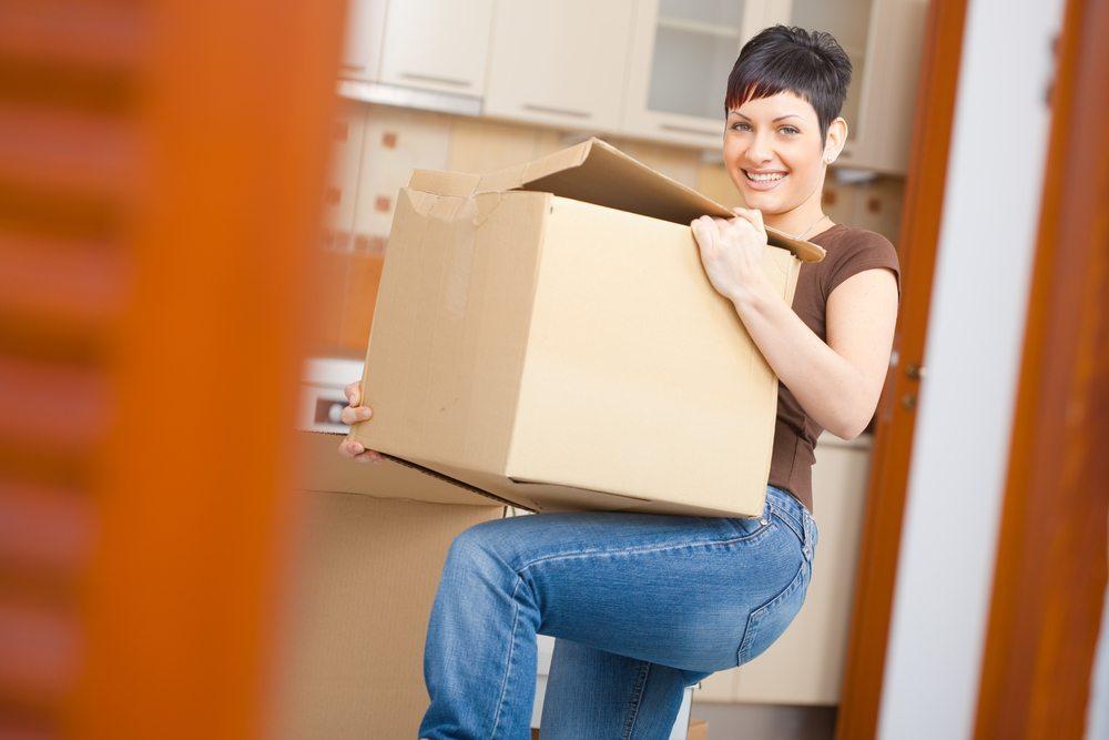 Wenn ein junger Mensch das Elternhaus verlässt und in seine erste Wohnung zieht, gibt es viele Fragen. (Bild: StockLite / Shutterstock.com)