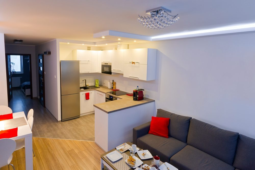 Rein weisse Räume wirken grundsätzlich grösser (Bild: © Patryk Kosmider - shutterstock.com)