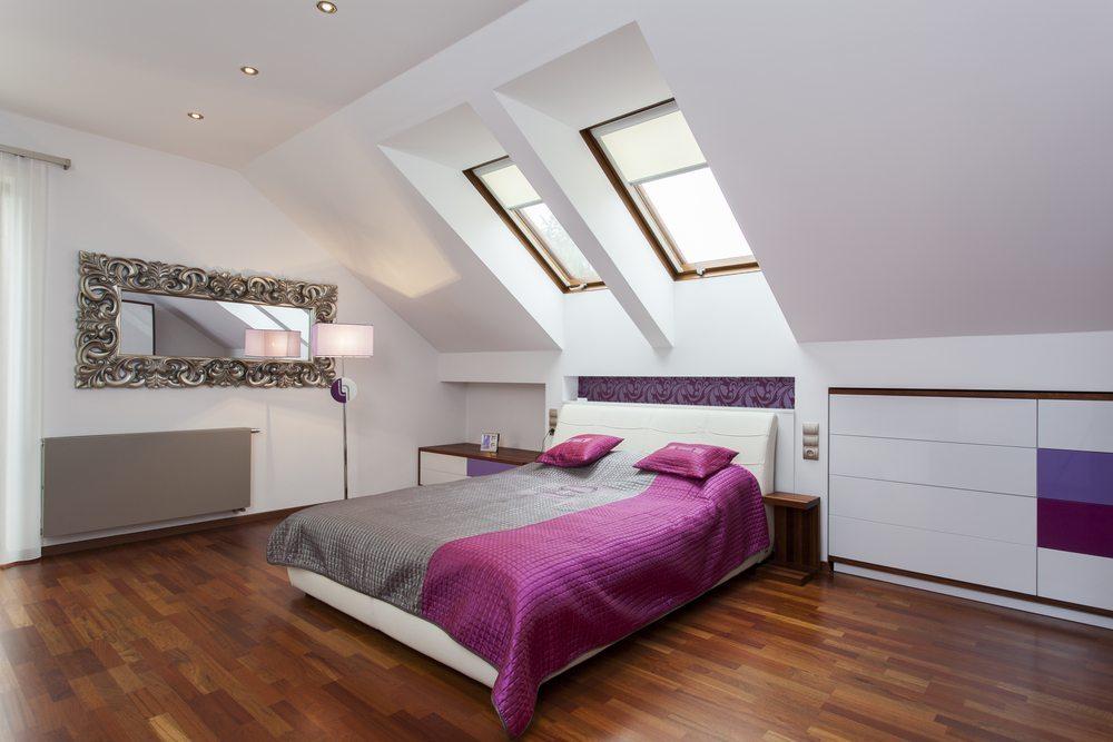 Schlafzimmer Schräge Streichen: Schlafzimmer mit einem großen bett ...