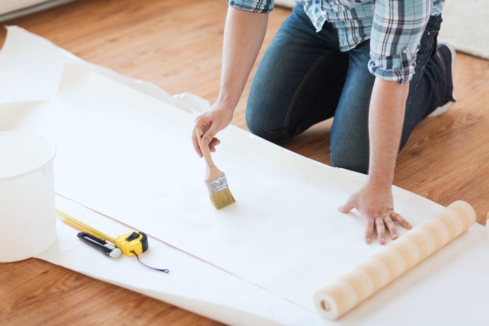 Beim Tapezieren ist eine strukturierte Vorbereitung der Arbeiten wichtig. (Bild: Syda Productions / Shutterstock.com)