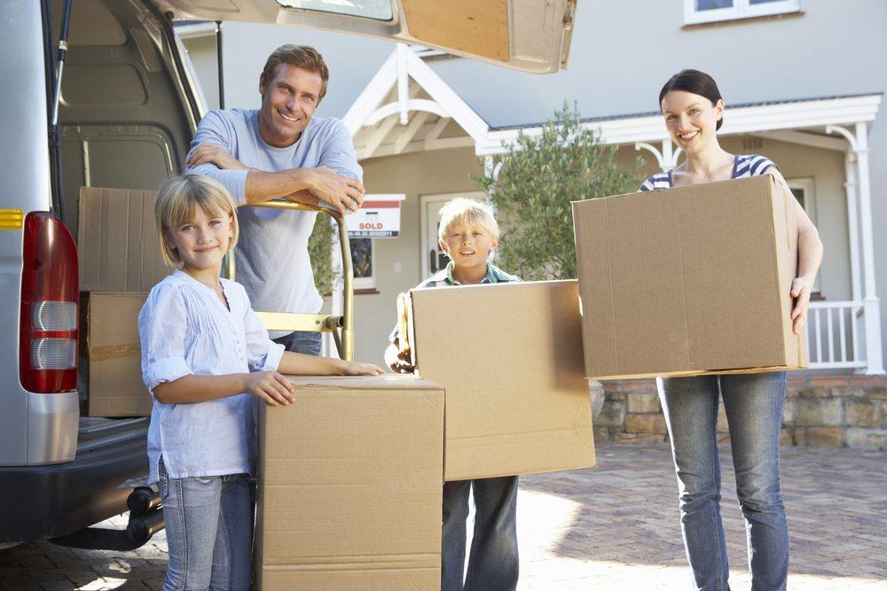 Familie Grosskopf aus Luzern zieht in Eigenregie um. (Bild: © Monkey Business Images - shutterstock.com)