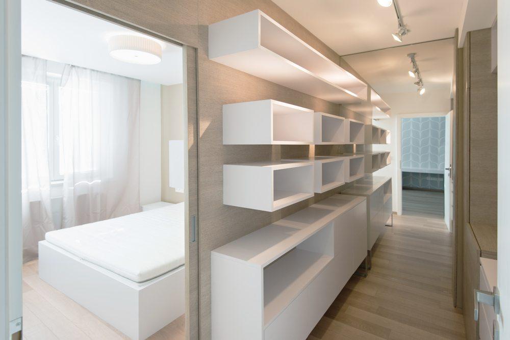 Durch die richtige Beleuchtung kann im Korridor Stimmung erzeugt werden. (Bild: Ventura / Shutterstock.com)