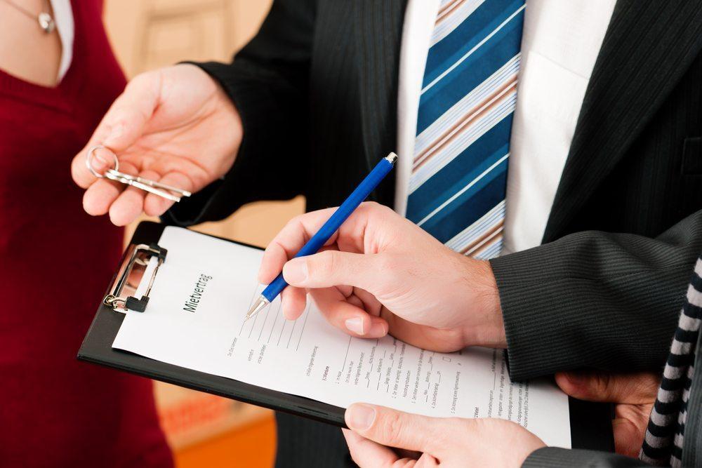 Vorteilhaft sind Kautionsversicherungen für den Vermieter, denn dieser erhält die gleiche Sicherheit wie bei einer Barkaution. (Bild: Kzenon / Shutterstock.com)
