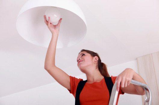 Beim Umzug Geld sparen - mit der Auswahl passender Lampen. (Bild: © auremar - shutterstock.com)