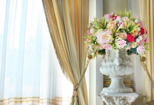 Vorhänge haben insbesondere dekorationsbedingte Zwecke. (Bild: tanewpix – Shutterstock.com)