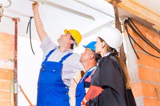 Eines der grössten Risiken für private Bauherren beim Neubau oder der Sanierung des Eigenheims sind Baumängel. (Bild: © Kzenon - shutterstock.com)