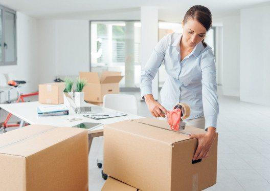 Sie können die Umzugskisten entweder selbst packen oder Sie buchen beim Umzugsservice entsprechende Leistungen hinzu. (Bild: Stokkete – Shutterstock.com)