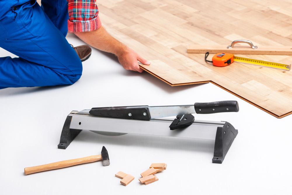 in der neuen wohnung laminat verlegen mit einem laminatschneider. Black Bedroom Furniture Sets. Home Design Ideas