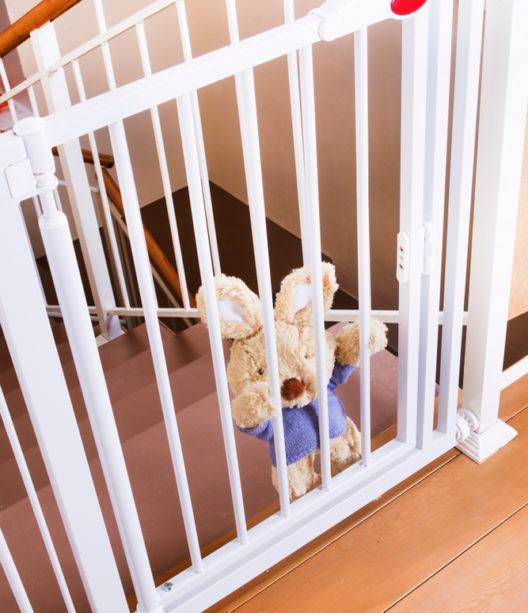 Ein Treppenschutzgitter bietet Schutz für die kleinen Bewohner. (Bild: Vorobyeva - shutterstock.com)