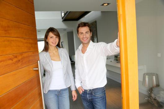Eine passende Haustür ist zweckmässig und ästhetisch. (Bild: goodluz - shutterstock.com)