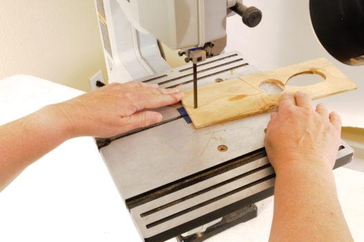 Eine Bandsäge erlaubt präzises Arbeiten. (Bild: Jeffrey B. Banke - shutterstock.com)