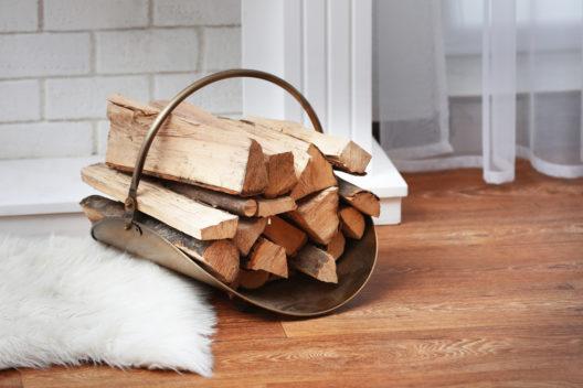 Beim Brennholz lässt sich clever sparen. (Bild: Africa Studio - shutterstock.com)