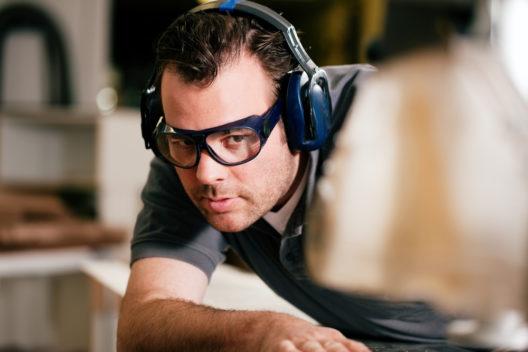 Gut geschützt beim Arbeiten mit einer Tischkreissäge (Bild: Kzenon - shutterstock.com)