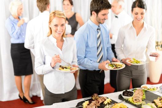 Ein guter Catering- oder Partyservice ist die halbe Miete. (Bild: CandyBox Images - shutterstock.com)