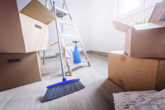 Die alte Wohnung muss in jedem Fall besenrein sein. (Bild: Prostock-studio - shutterstock.com)