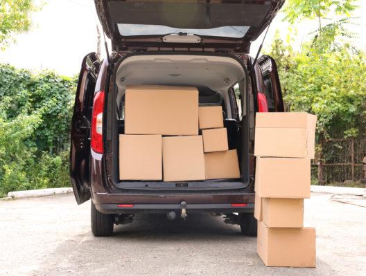 Das Auto sinnvoll beim Umzug einsetzen (Bild: Africa Studio - shutterstock.com)