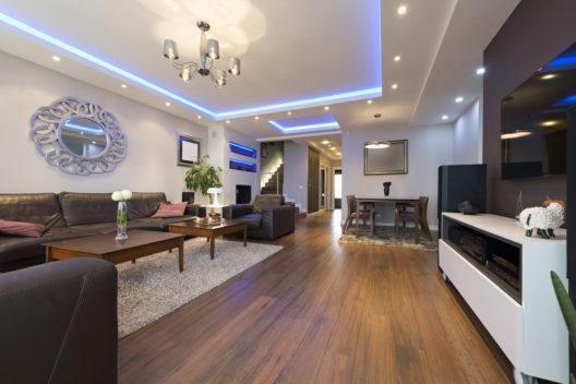 Passende Beleuchtung für die neue Wohnung (Bild: foamfoto - shutterstock.com)