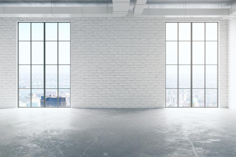 Leerer Raum mit zwei deckenhohen Fenstern