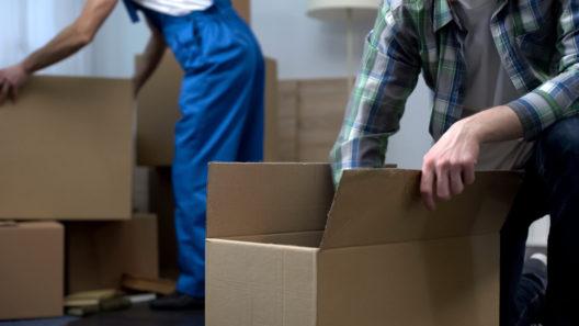 Unkompliziert umziehen mit Umzugshelfern (Bild: Motortion Films - shutterstock.com)
