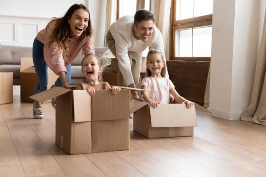 Umziehen mit Kindern ohne Stress (Bild: fizkes - shutterstock.com)